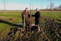 Ria en Piet planten vruchtbomen